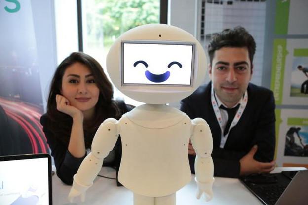 Les deux fondateurs de LuxAl, une spin-off de l'Uni, ont conçu un des premiers robots sociaux au monde.  (Photo: LuxAl)