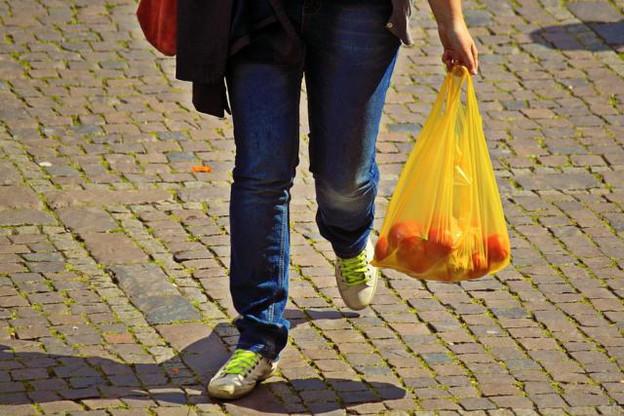 Polluant sur toute la chaîne de leur vie, les sacs plastiques à usage unique restent présents dans les magasins luxembourgeois. (Photo: licence cc )
