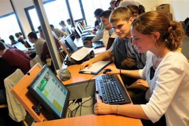 Du fait qu'il est devenu un outil d'apprentissage, l'ordinateur n'a plus beaucoup de secrets pour les 15-25 ans. (Photo: DR)