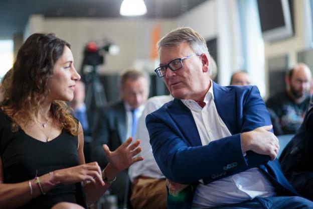 Laura Ferber, la fille du fondateur de l'entreprise du même nom, en discussion avec le ministre du Travail, Nicolas Schmit, juste après la présentation de son projet, jeudi matin. (Photo: Matic Zorman)