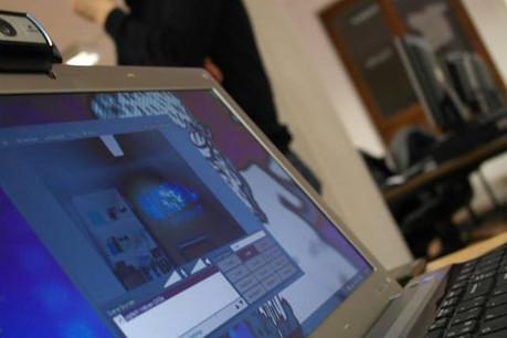 Tester différentes technologies dans un climat décomplexant et ludique, tel est le moteur des Cafés numériques. (Photo: Café numérique)