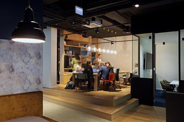 Au rez-de-chaussée, de grandes tables invitent à travailler de manière collaborative. (Photo: Olivier Minaire)