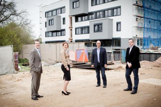 Jean-Philippe Wagnon (Vectis PSF), Sara Capelli (IMS), Romain Poulles et Jeannot Schroeder (ProGroup), devant le chantier. (Photo : Jessica Theis)