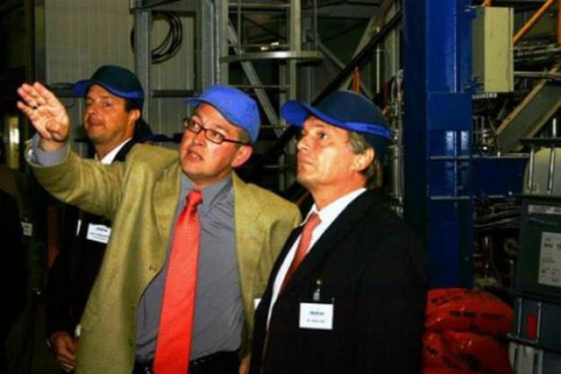 Jeannot Krecké se faisant expliquer les installations, lors de sa visite de McBride-Chemolux, en septembre 2007. (Photo: Ministère de l'Économie et du Commerce extérieur)
