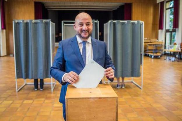 Étienne Schneider est apparu détendu au bureau de vote de Cessange. (Photo: Mike Zenari)