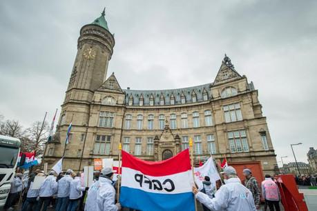 Environ 150 des 1.820 membres du personnel avaient manifesté devant la BCEE le 27 novembre dernier. (Photo: Nader Ghavami / archives)