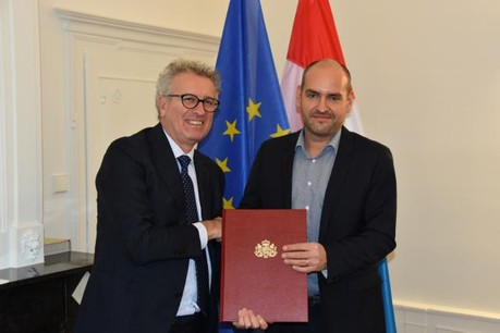 Le ministre des Finances, Pierre Gramegna, octroie l'agrément de PSF de support à Raoul Mulheims, le CEO de Finologee. (Photo: Finologee)