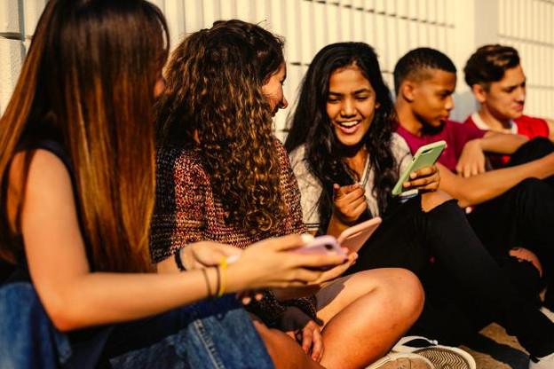 Les jeunes délaissent majoritairement les ordinateurs, au profit des smartphones, plébiscitent Snapchat (85,3%) et Instagram (66,7%), au détriment de Facebook et Twitter (28,7% et 16,3%, respectivement). (Photo: Shutterstock )