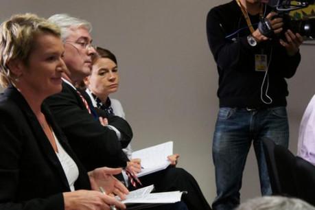 Élise Lucet, de France 2 (à gauche), aux côtés de... la communication du gouvernement, au dernier sommet européen. (Photo paperJam/D.R.)