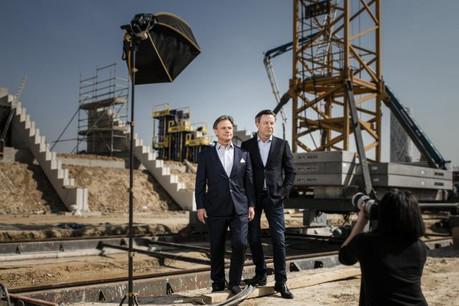 Marc et Paul Giorgetti prennent la pose sur le chantier du nouveau stade national. (Photo: Maison Moderne)