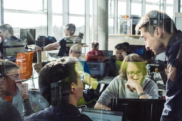 Pour SAP et Oracle, deux développeurs de solutions libres pour les programmateurs informatiques, le hackathon est l'occasion de diffuser leurs logiciels. (Photo: Sébastien Goossens)