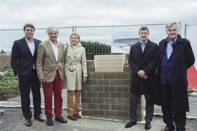 Les dirigeants de Heintz van Landewyck ont posé, lundi, la première pierre de la future usine du groupe, qui doit s'étaler sur 36.000m2 et coûter quelque 60 millions d'euros. (Photo: Sébastien Goossens)