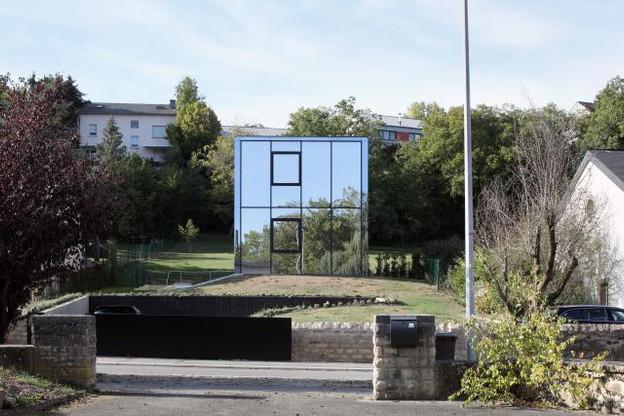 La maison se démarque dans un contexte suburbain. (Photo: Maxime Delvaux)