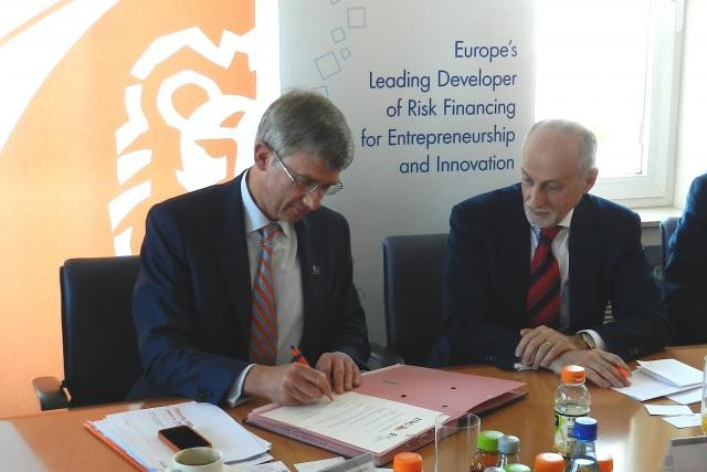Le CEO d'ING Luxembourg, Luc Verbeken (à gauche), a signé l'accord avec Pier Luigi Gilibert, chief executive du FEI. (Photo: ING Luxembourg)