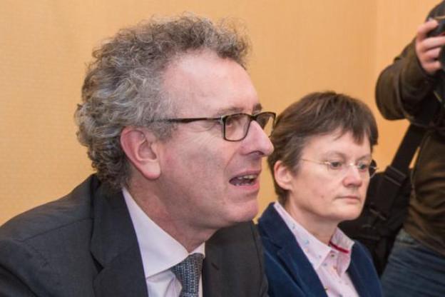 Discrètement, Isabelle Goubin récolte les fruits de la confiance du ministre des Finances (au premier plan). (Photo: Luc Deflorenne / archives)