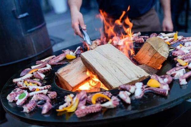 Durant les Jam BBQ à l'Atelier du Windsor à Bertrange, les chefs cuisinent au rythme de leur playlist favorite, sous les yeux du public.  (Photo: L'Atelier du Windsor)