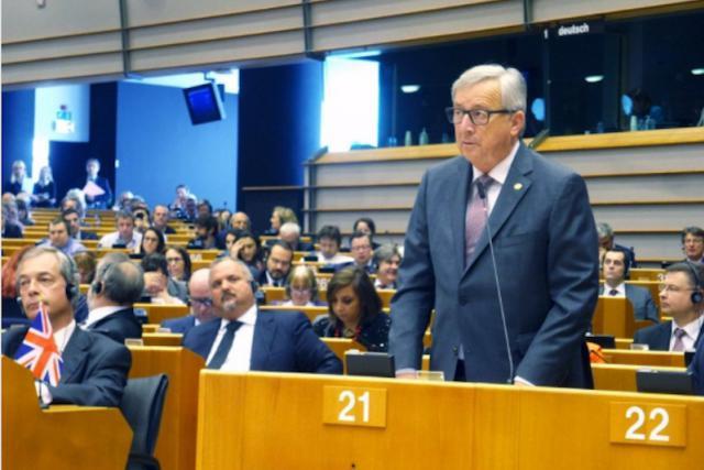 Jean-Claude Juncker s'est exprimé, avec comme voisin direct Nigel Farage, figure de proue du Brexit. (Photo: Parlement européen)