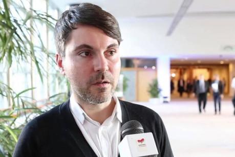 Fabio De Masi a fait pression sur Juncker et devrait savoir bientôt ce que contient la page manquante du rapport Krecké sur la fraude fiscale. (Photo: YouTube)