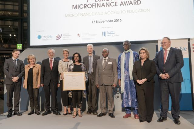 La gagnante Roshaneh Zafar, managing director de Kashf Foundation, en compagnie des autres lauréats et des têtes pensantes de l'événement.  (Photo: Eric Chenal)