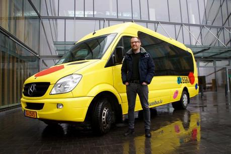 Jean-Luc Rippinger, le CEO et cofondateur de Kussbus, devant l'un des sept Kussbus déployés pour tester avec PwC ce tout nouveau service de mobilité. (Photo: DR)
