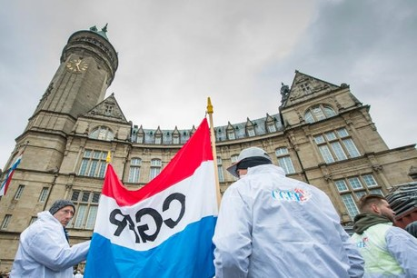 Environ 150 des 1.820 membres du personnel ont manifesté devant la BCEE. (Photo: Nader Ghavami)