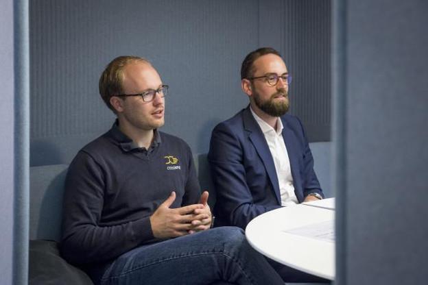 Oliver Schimek (à gauche), le CEO de Crosslend, et Alex Lawrence, le directeur général de Crosslend Luxembourg, dans les bureaux de Paperjam. (Photo: Maison Moderne)