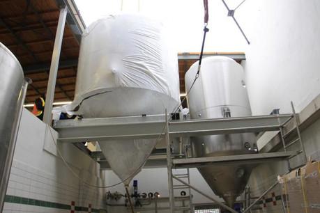 La Brasserie Nationale vient de recevoir deux nouvelles cuves – l'une de 3 tonnes, l'autre de 1,7 tonne – dans le cadre de son projet de «cave à levure». (Photo: Brasserie nationale)