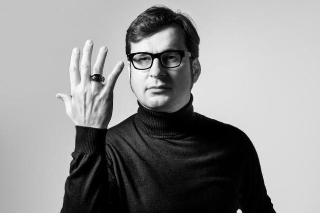 Claude Schmitz porte sa bague culte Rolling Ring. (Photo: Maison Moderne)