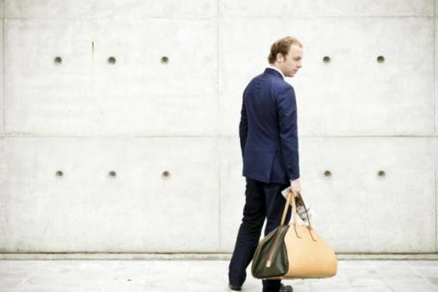 Christophe Fontaine et l'une de ses dernières créations : le sac «Hold me close», une invitation au voyage. (Photo : David Laurent / Wide)