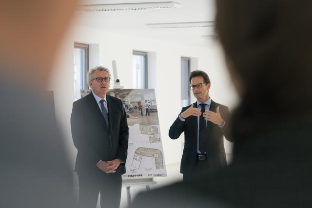 Carlo Thelen, aux côtés de Pierre Gramegna, lors d'une visite du site qui sera prochainement occupé par 150 à 200 start-up. (Photo: Sébastien Goossens / archives)