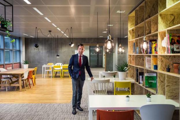 Lauréat – Nicolas Pascolini dans les nouveaux espaces de travail de La Mondiale Europartner. (Photo: Mike Zenari)