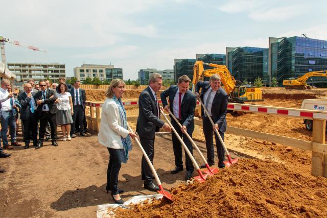 Pour donner le premier coup de pelle symbolique, Günther Oettinger était entouré de Xavier Bettel, François Bausch et Lydie Polfer. (Photo: Matic Zorman)