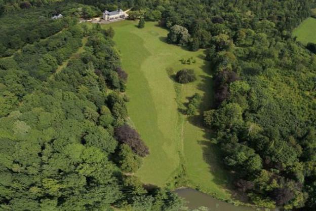 Le château (en haut) n'est qu'une toute petite partie du domaine, fait de bois et d'étangs...  (Photo: CBA)