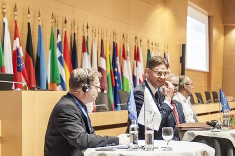 Jyrki Katainen, à droite, était ce lundi de passage au Luxembourg pour promouvoir le plan Juncker. (Photo: Mike Zenari)