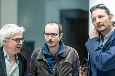 Antoine Deltour, ici entouré de ses avocats William Bourdon et Philippe Penning, a pris le temps de la réflexion avant de se pourvoir en cassation, dernière étape judiciaire au Luxembourg avant une éventuelle saisine de la Cour européenne des droits de l'Homme. (Photo: Maison moderne / archives)