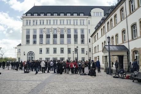 Comme en avril, manifestants et médias sont de retour à la Cité judiciaire ce lundi pour l'acte II du procès LuxLeaks. (Photo: Sven Becker / Archives)