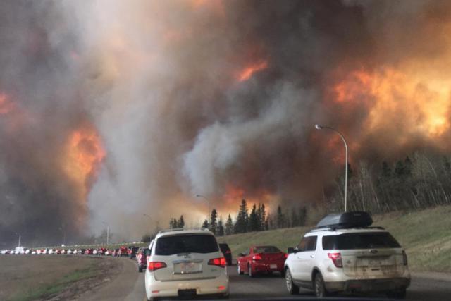 L'incendie géant de Fort McMurraydémontre que l'exploitation des énergies fossiles est risquée sur un point de vue économique, environnemental et juridique. (Photo: Daredd