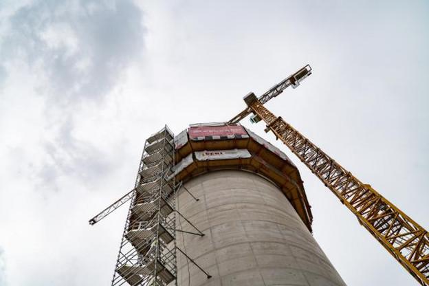 D'une hauteur actuelle de 51 mètres, le château d'eau culminera à 68,5 mètres une fois achevé. Il sera alors revêtu d'une façade métallique blanche éclairée la nuit par des spots à led. (Photo: Sven Becker)