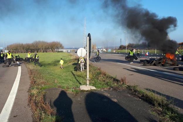 L'A4 a notamment été bloquée dans les deux sens dans le secteur de Sainte-Marie-aux-Chênes et au péage de Saint-Avold. (Photo: Twitter / @sanef_autoroute)