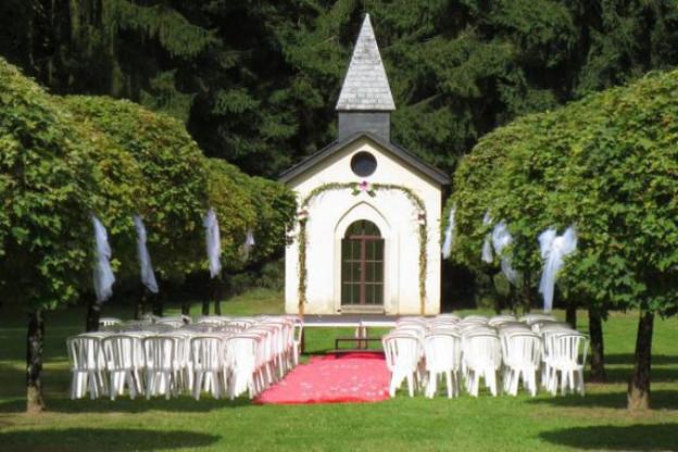La petite chapelle du Château du Bois d'Arlon peut donner un air de mariage américain... (Photo: CBA)