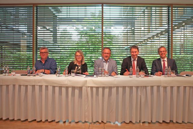 Convention collective signée entre (de gauche à droite) Patrick Michelet (LCGB), Véronique Eischen (OGBL), Jim Schneider (Aleba), Christian Strasser (Aca) et Marc Hengen (Aca). (Photo: DR)