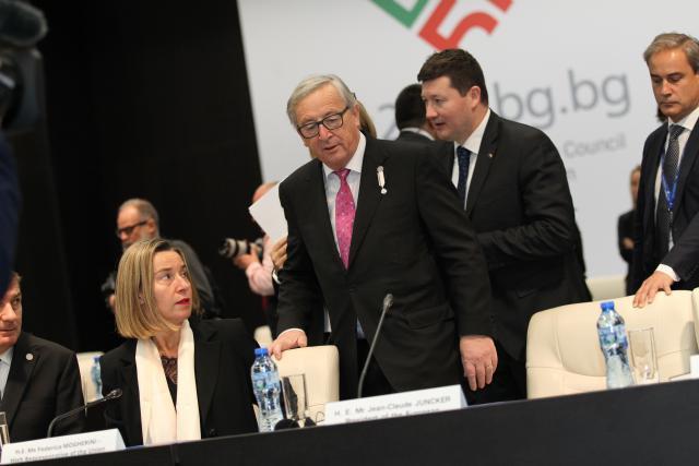 Plus «spin doctor» que bras droit, Martin Selmayr (ici derrière Jean-Claude Juncker) intrigue. La procédure de sa nomination inquiète. (Photo: Licence C.C.)
