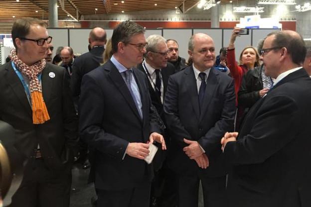 Le ministre français de l'Intérieur, Bruno Le Roux (centre droit), avec François Thill (droite), du ministère de l'Économie, et Pascal Steichen (gauche), le CEO de Smile, au stand luxembourgeois du FIC. (Photo: www.securitymadein.lu)
