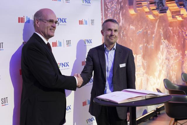 Björn Ottersten, directeur du SnT et Alexander Tkachenko, fondateur et CEO de VNX. Ce partenariat a pour but de «concevoir de nouveaux cadres informatiques facilitant l'échange sécurisé d'actifs numériques sur des réseaux blockchain». (Photo: DR)