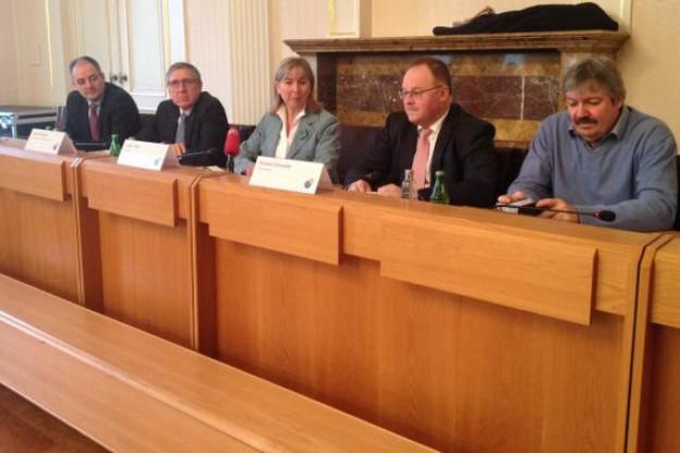 Lydie Polfer a présenté le projet de nouveau stade entourée des deux ministres compétents, François Bausch et Romain Schneider. (Photo: DR)