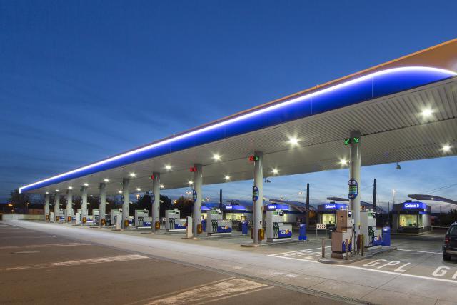 Q8 assume la vente de l'essence mais ne souhaite pas que le personnel des stations où le comptoir est garni d'alcool montre encore son logo. C'est le buzz de la semaine... (Photo: Charles Caratini / Q8 / archives)