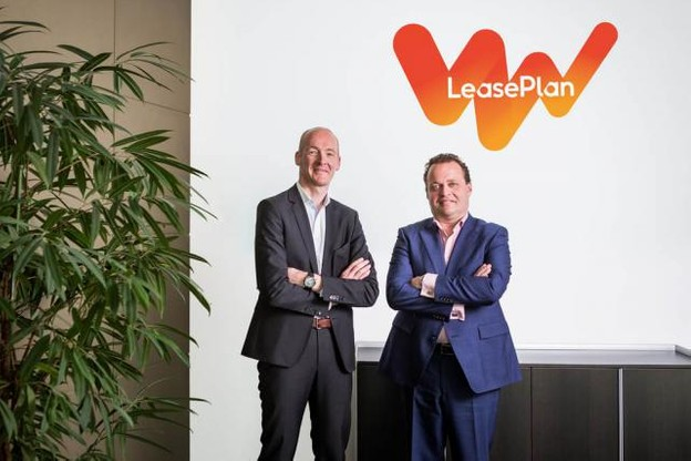 Laurent Gouverneur et Johan Portier présentent la nouvelle identité visuelle de LeasePlan. (Photo: LeasePlan)