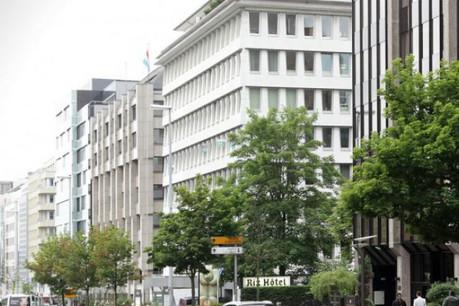 Début 2015, un nouvel immeuble de bureaux s'élèvera à la place du Rix Hôtel, dont la démolition vient de commencer. (Photo: archives paperJam)