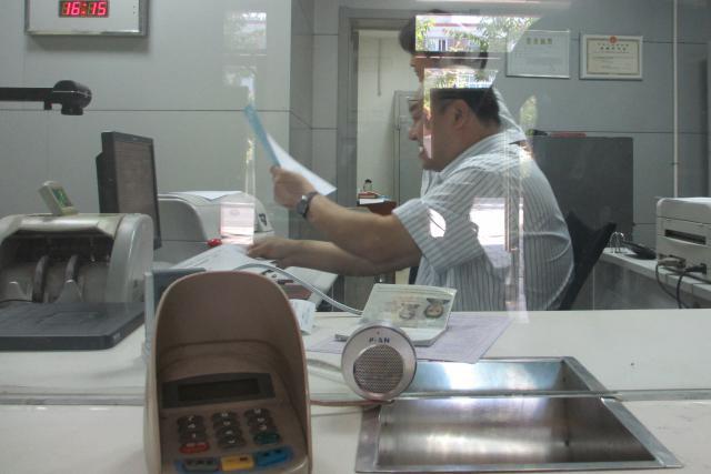 Les banquiers apportent des réponses claires aux nombreuses questions que reçoivent les guichets. (Photo: Ekla / Blog)