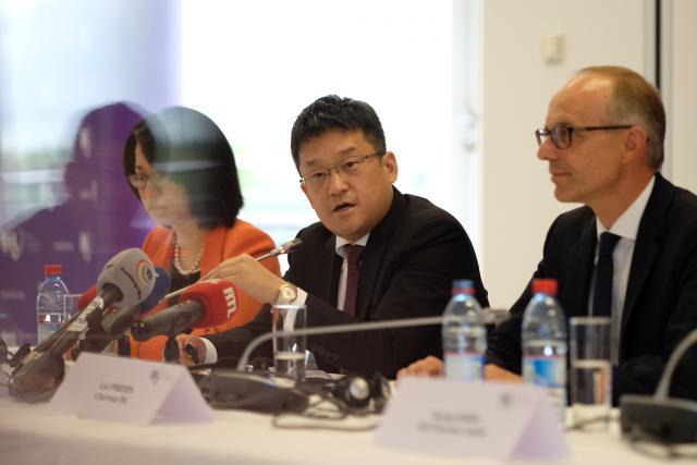 Peng Li, senior VP de Legend Holdings, et Luc Frieden, président du conseil d'administration de la Banque, ont officialisé la vente face à la presse.  (Photo: Sébastien Goossens)